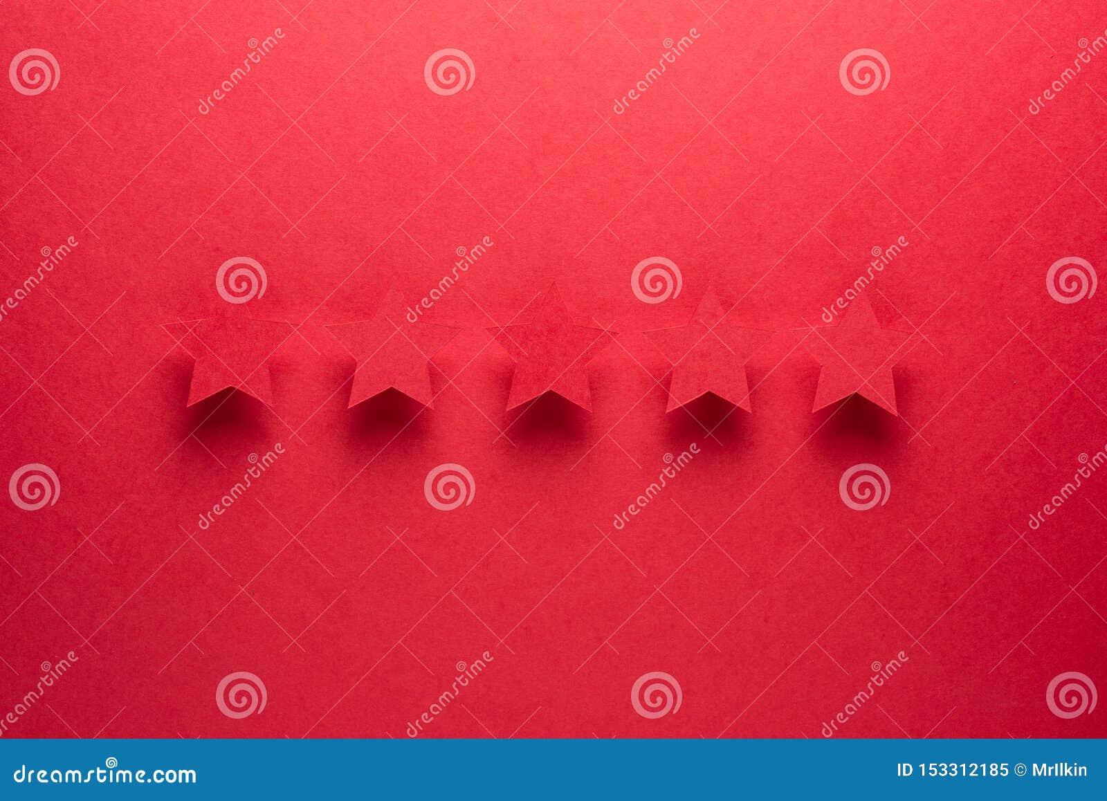 Έννοια ανατροφοδότησης Πέντε κόκκινα αστέρια εγγράφου της έγκρισης σε ένα κόκκινο υπόβαθρο