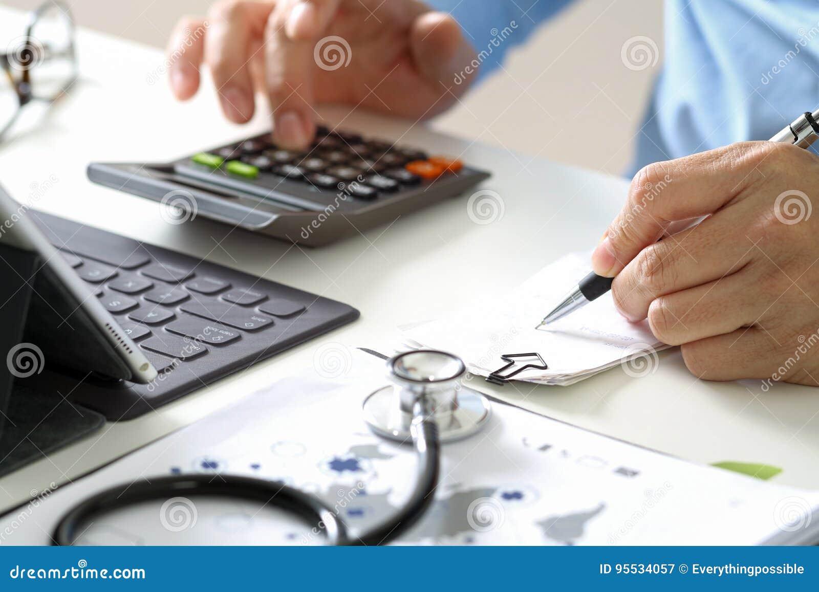 Έννοια δαπανών και αμοιβών υγειονομικής περίθαλψης Το χέρι του έξυπνου γιατρού χρησιμοποίησε ένα ασβέστιο