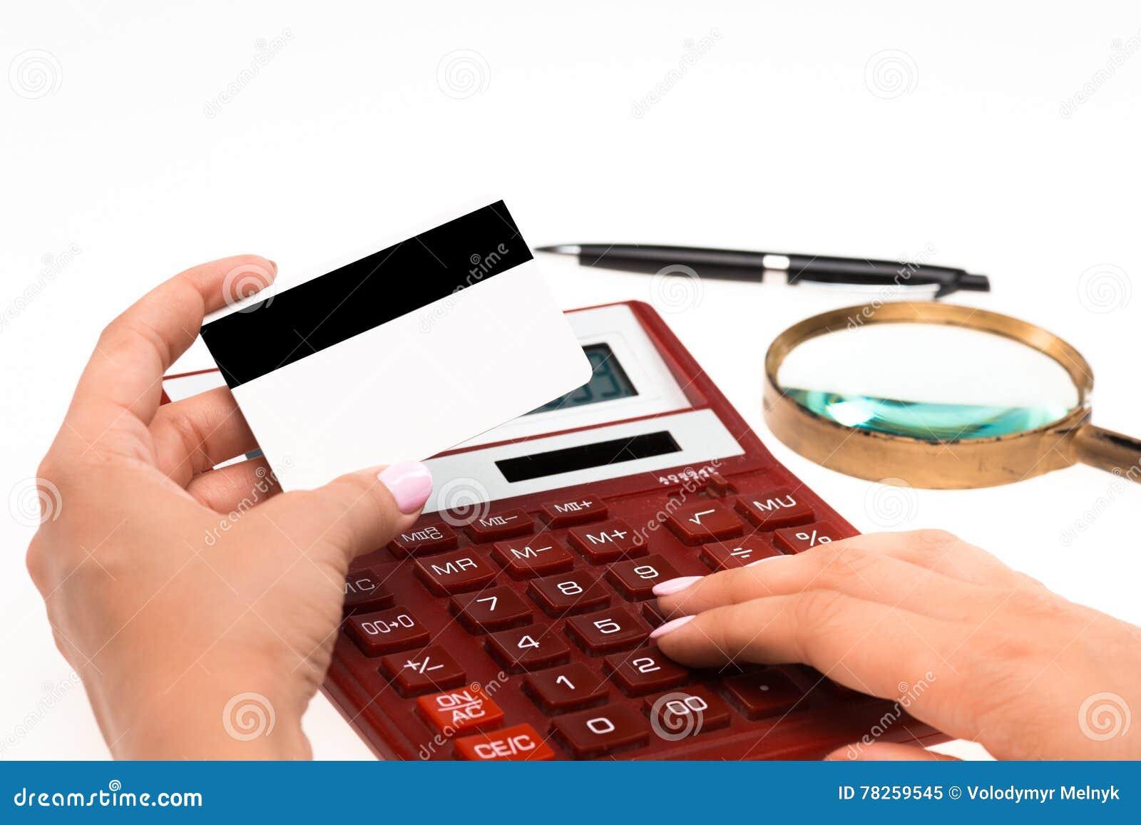 Έννοια για Διαδίκτυο που ψωνίζει: χέρια με τον υπολογιστή και την πιστωτική κάρτα