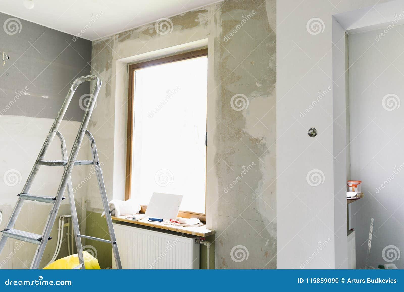 Έννοια εγχώριας ανακαίνισης Κουζίνα στο στάδιο της επισκευής και της ανακαίνισης Εργαλεία σκαλών και κατασκευής