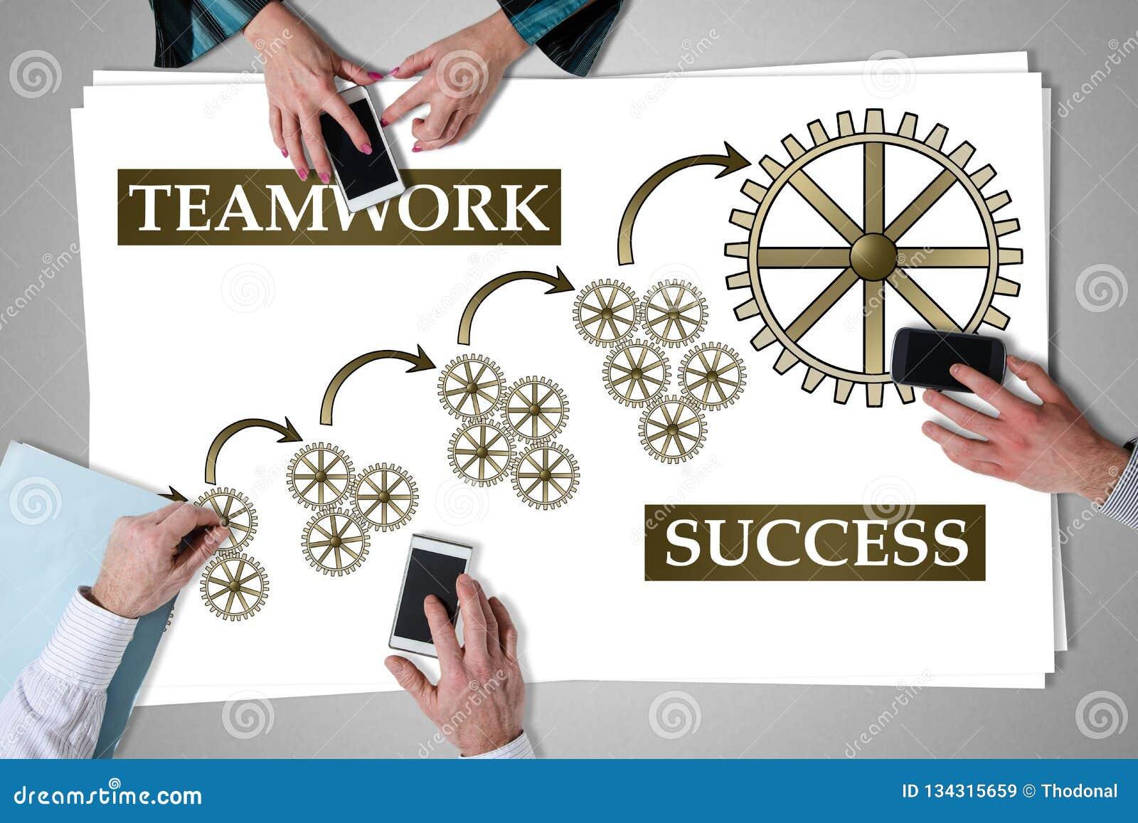 Έννοια επιτυχίας ομαδικής εργασίας που τοποθετείται σε ένα γραφείο