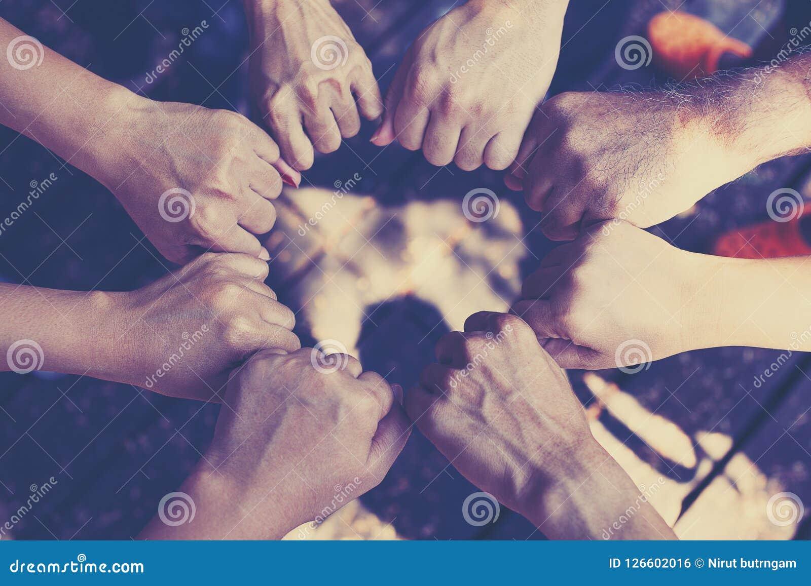 Έννοια εργασίας ομάδας: Ομάδα διαφορετικής διαγώνιας επεξεργασίας χεριών μαζί των νέων στη φύση
