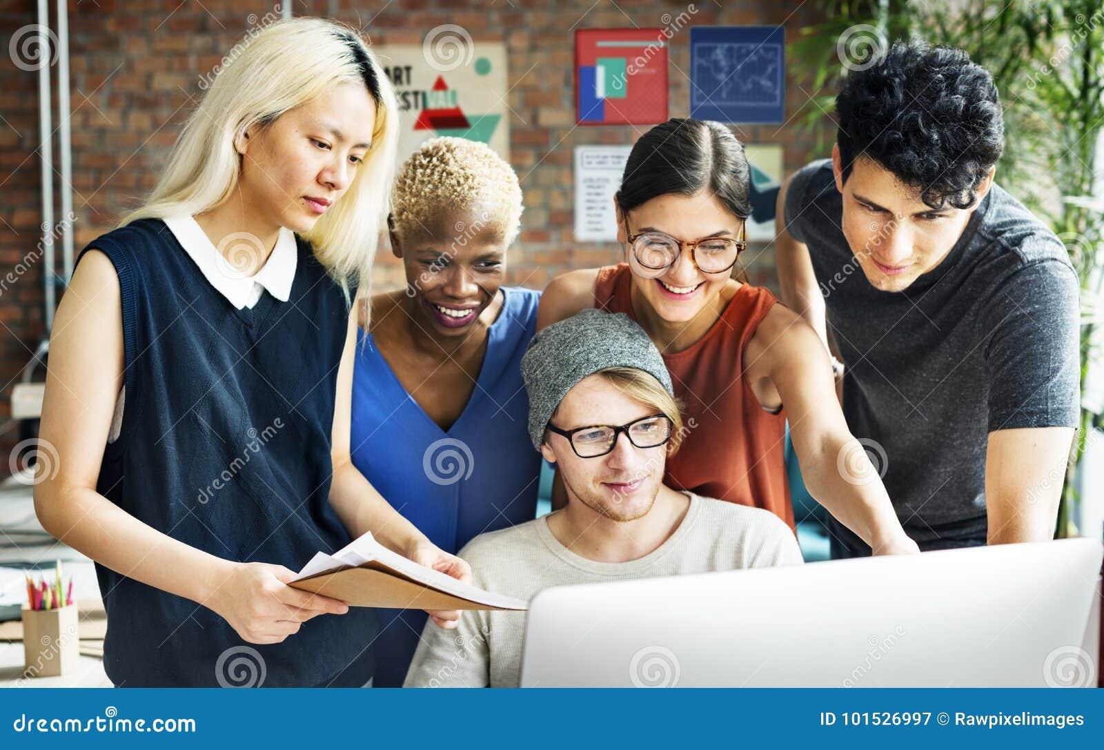 Έννοια εργασιακών χώρων εργασίας  brainstorming  αφρικανικής καταγωγής