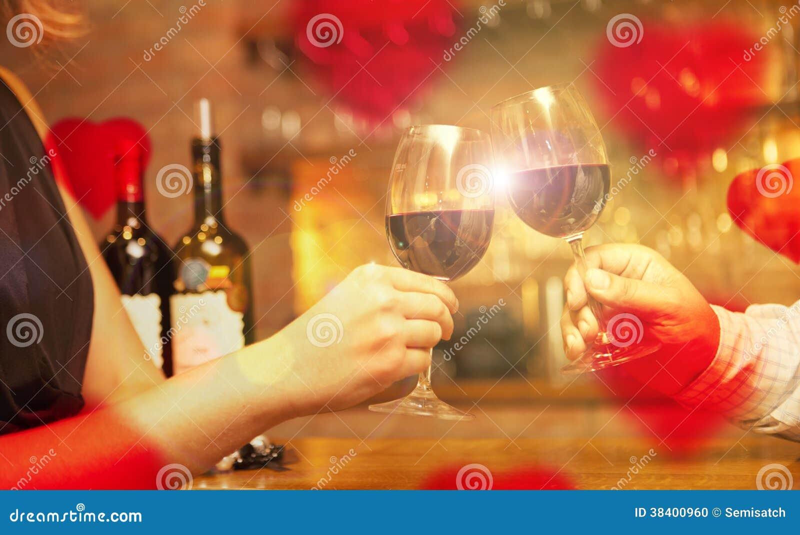 Έννοια ημέρας βαλεντίνου με το κρασί και τα γυαλιά