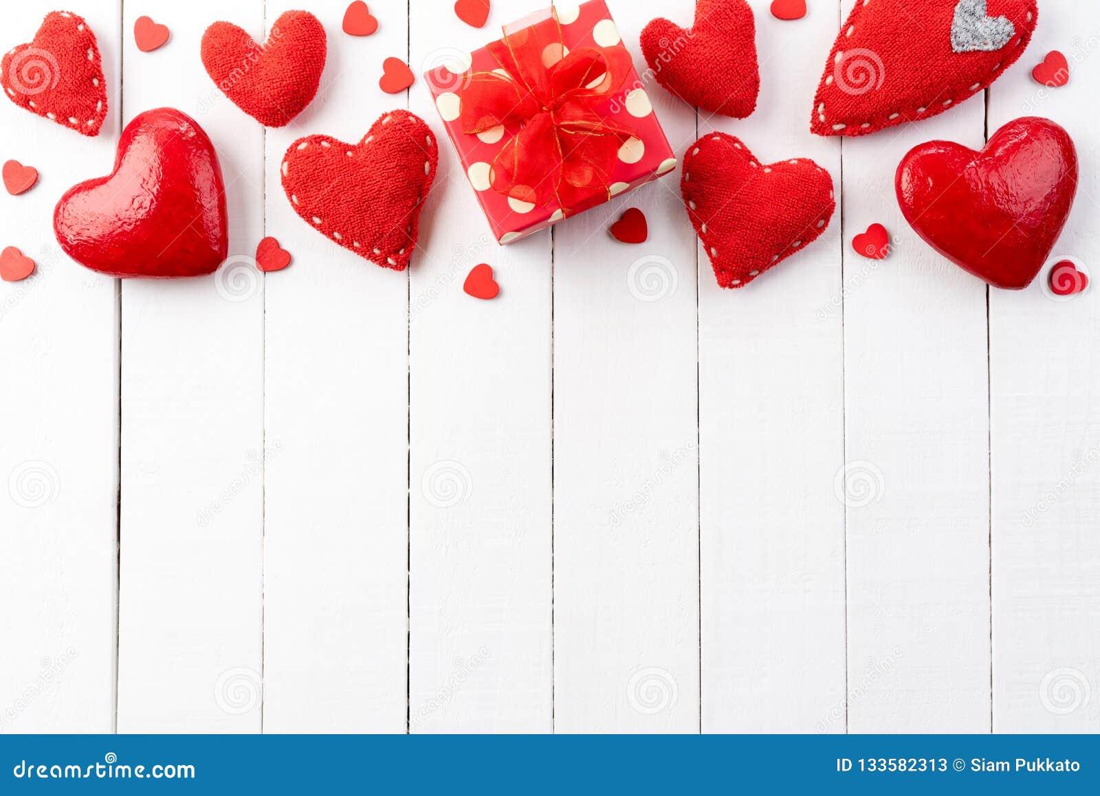 Έννοια ημέρας και αγάπης βαλεντίνων χειροποίητες κόκκινες καρδιές με το κόκκινο κιβώτιο δώρων