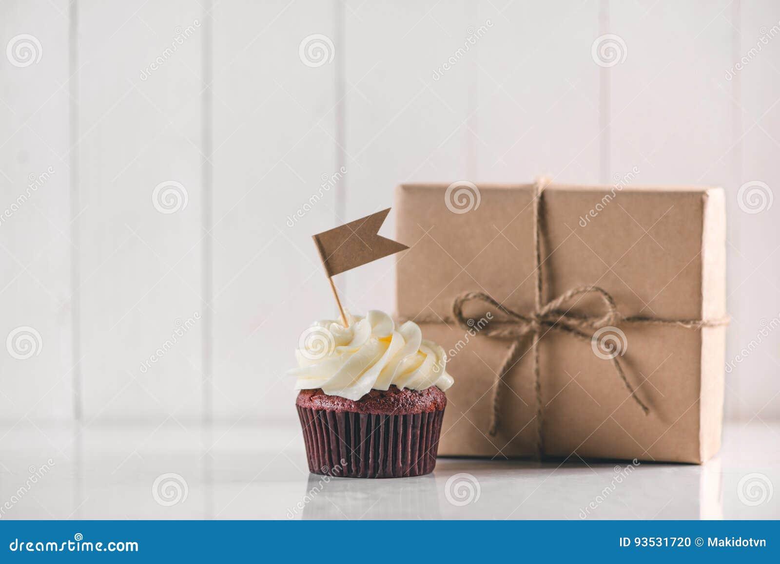 Έννοια ημέρας πατέρων Εύγευστο δημιουργικό κιβώτιο cupcake και δώρων επάνω