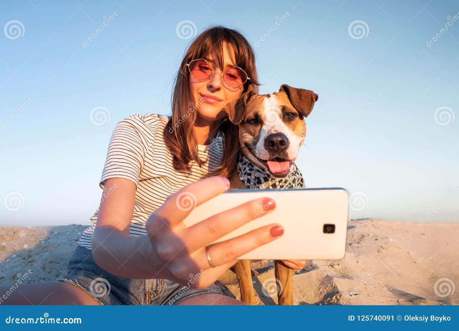 Έννοια καλύτερων φίλων: άνθρωπος που παίρνει ένα selfie με το σκυλί Νέο fema
