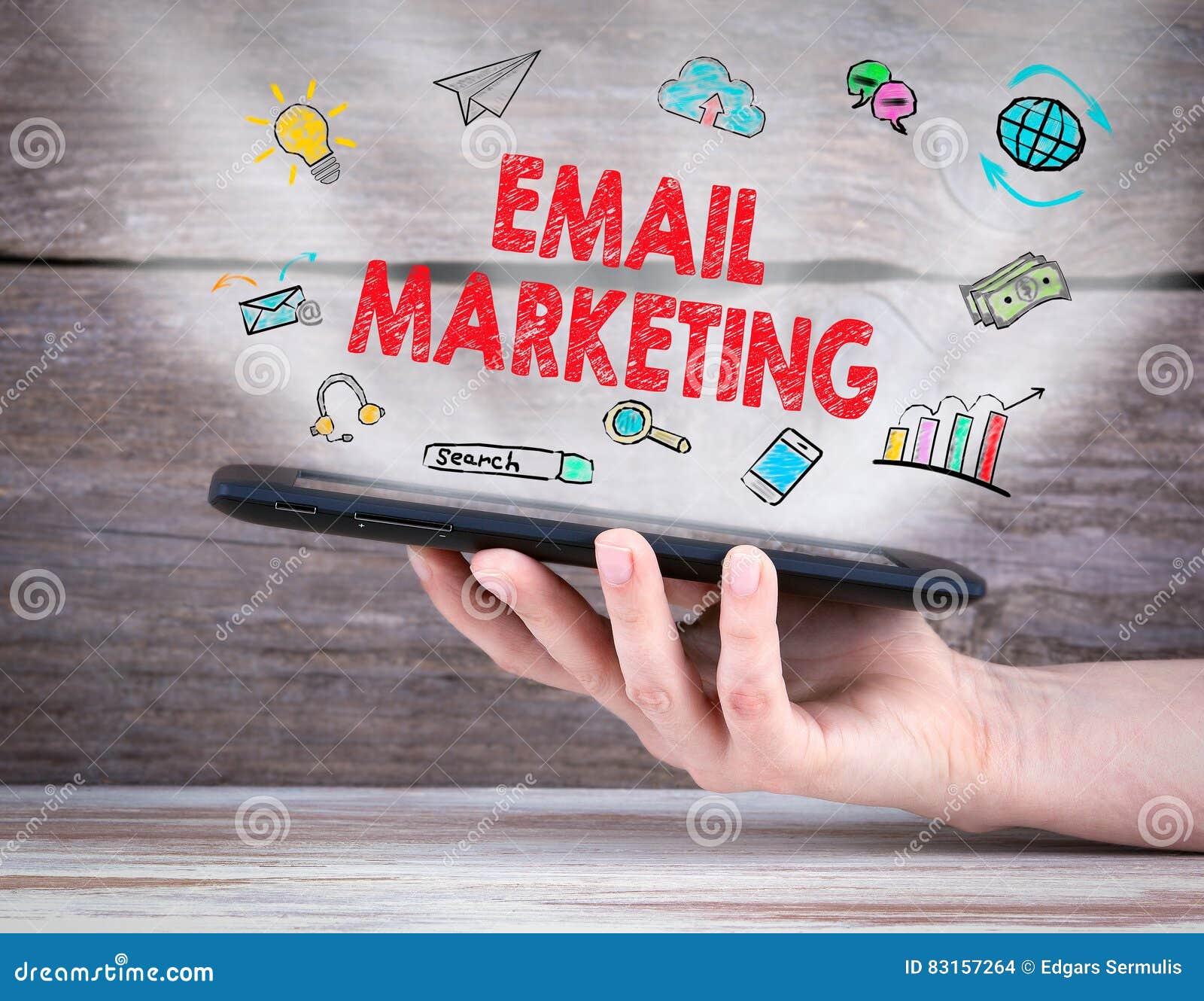 Έννοια μάρκετινγκ ηλεκτρονικού ταχυδρομείου υπολογιστής ταμπλετών στο χέρι παλαιός ξύλινος ανασκόπη&sigm