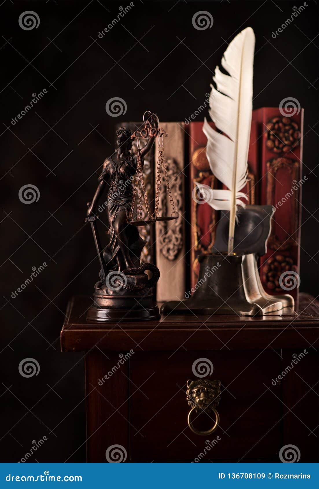 Έννοια νόμου και δικαιοσύνης Δικαιοσύνη Inkwell αγαλμάτων με το φτερό και τα βιβλία