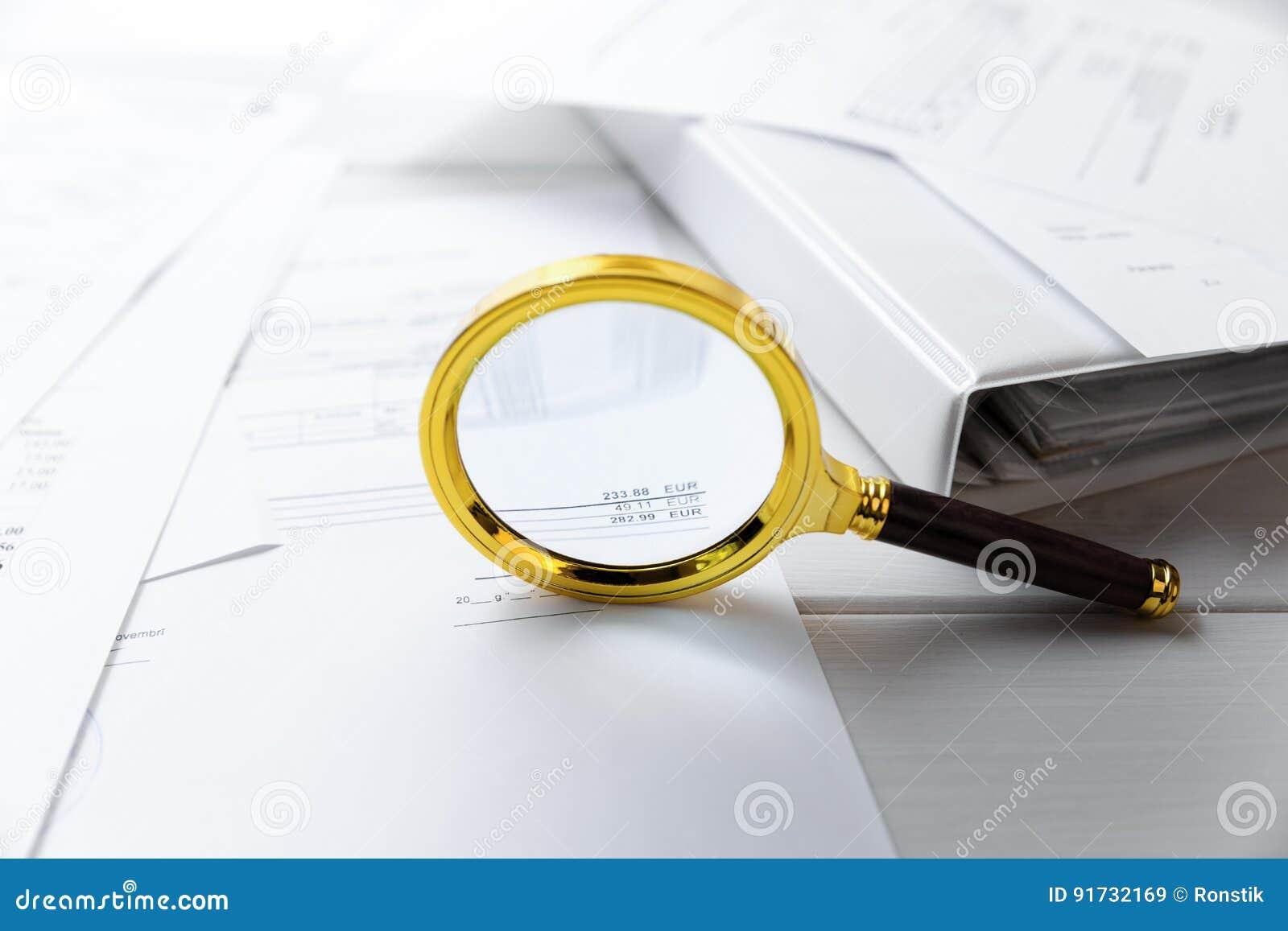 Έννοια λογιστικού ελέγχου - που ενισχύει - έγγραφα γυαλιού και επιχειρήσεων