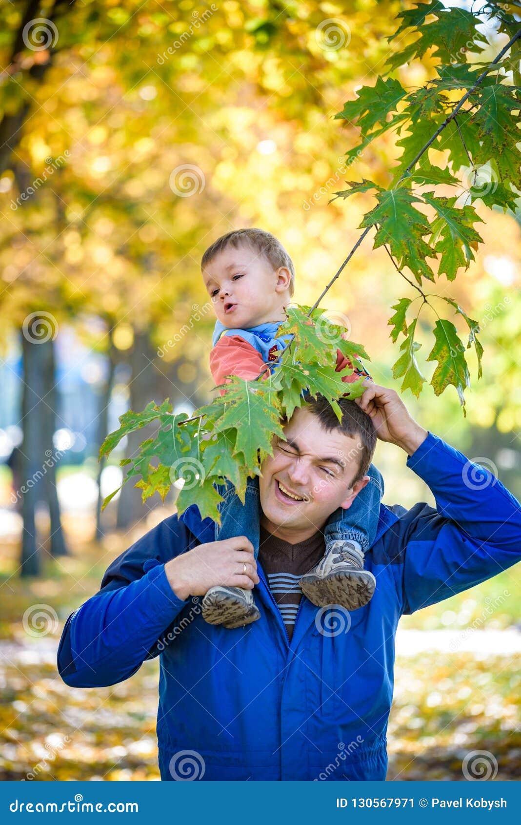 Έννοια οικογένειας, παιδικής ηλικίας και πατρότητας ευτυχής μεταφορά πατέρων