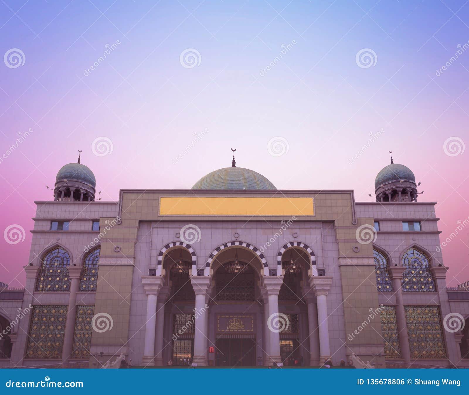 Έννοια παγκόσμιας θρησκευτική ημέρας: Όμορφο μουσουλμανικό τέμενος