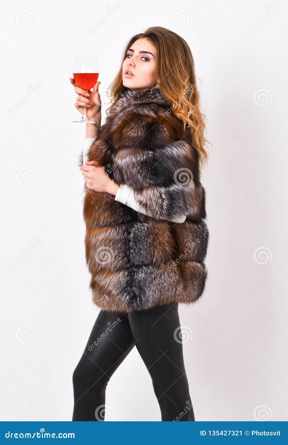 Έννοια πολιτισμού κρασιού η γυναίκα πίνει το κρασί Οινόπνευμα γυαλιού λαβής παλτών γουνών ένδυσης μόδας κοριτσιών makeup Ελεύθερο