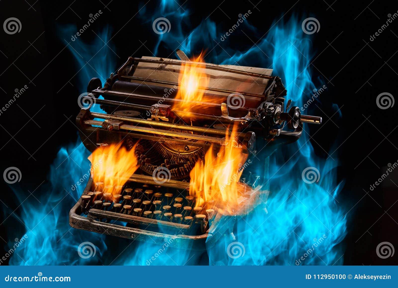 Έννοια που πυροβολείται της παλαιάς χειρωνακτικής γραφομηχανής με το έγγραφο για το μαύρο υπόβαθρο, εκλεκτική εστίαση