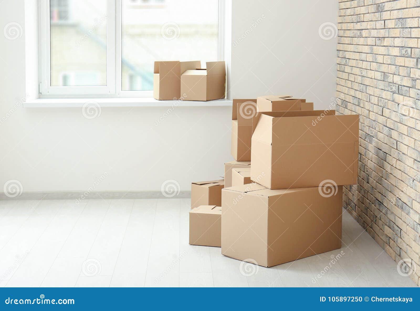 Έννοια σπιτιών κίνησης Κιβώτια χαρτοκιβωτίων στο πάτωμα