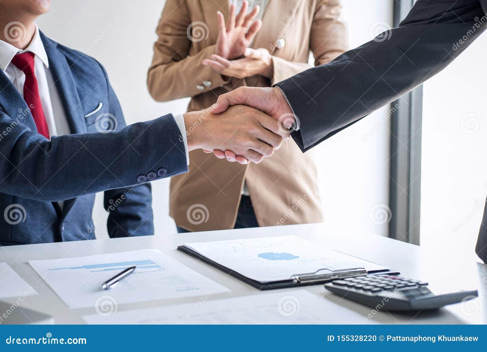 Έννοια συνεδρίασης και χαιρετισμού, βέβαια χειραψία επιχειρήσεων δύο και επιχειρηματίες μετά από να συζητήσει την καλή διαπραγμάτ