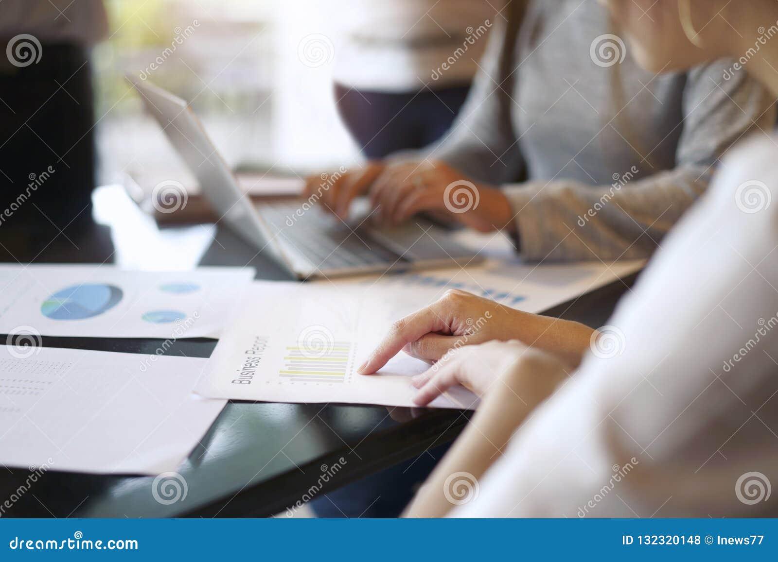 Έννοια συνεδρίασης της ομαδικής εργασίας, επιχειρηματίες που λειτουργεί με το discussio