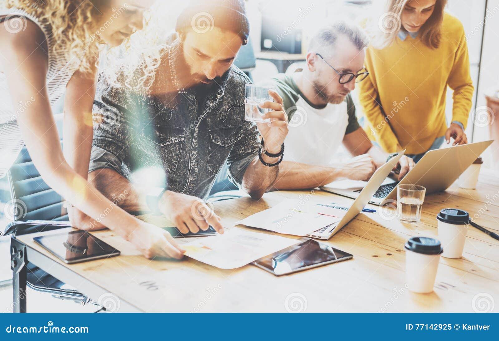 Έννοια συνεδρίασης του  brainstorming  ομαδικής εργασίας ποικιλομορφίας ξεκινήματος Συνάδελφοι επιχειρησιακής ομάδας που μοιράζον