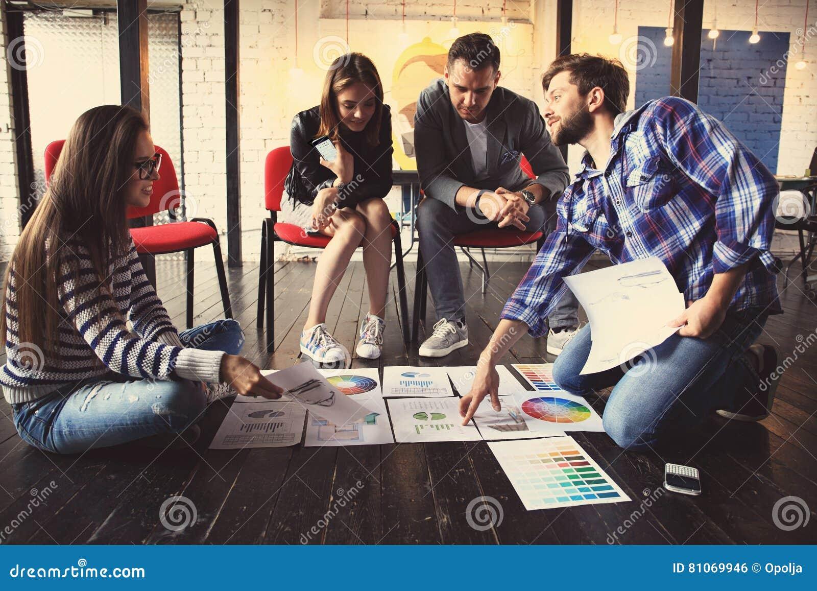 Έννοια συνεδρίασης του  brainstorming  ομαδικής εργασίας ποικιλομορφίας ξεκινήματος Σφαιρικό lap-top οικονομίας διανομής συναδέλφ