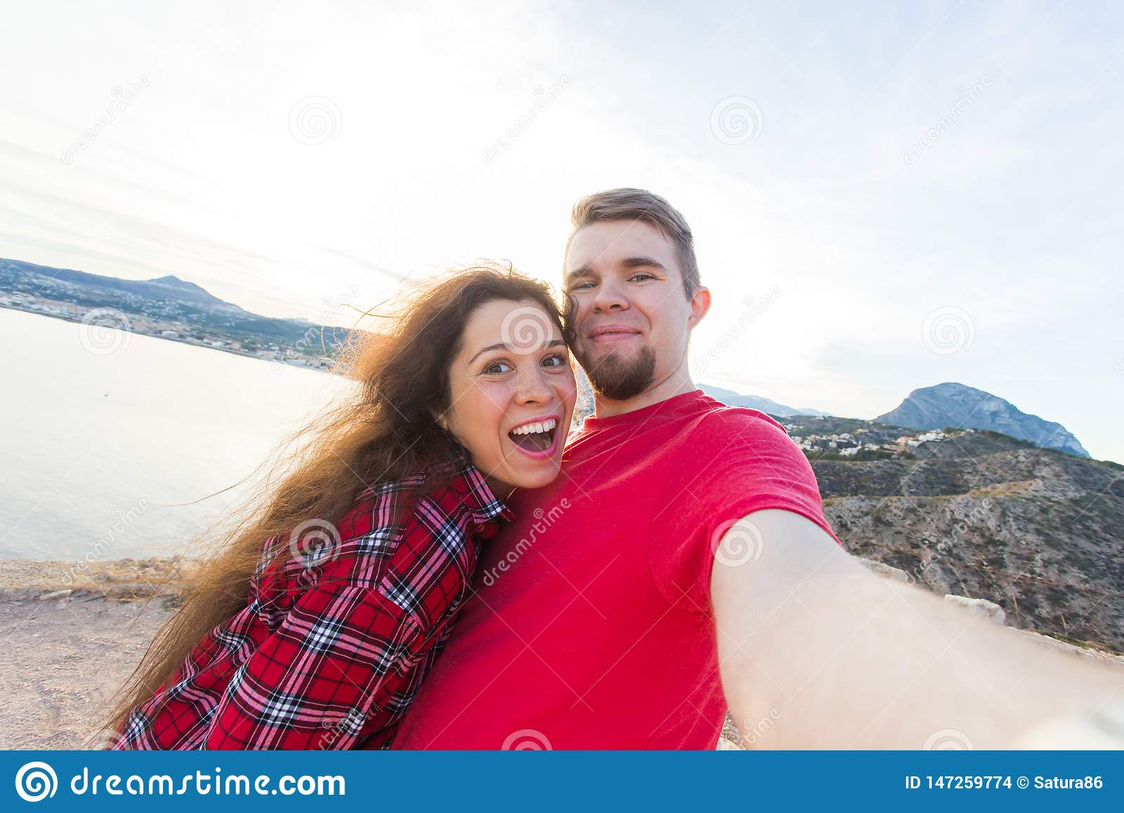 Έννοια ταξιδιού, διακοπών και διακοπών - όμορφο ζεύγος που έχει τη διασκέδαση, που παίρνει selfie πέρα από το όμορφο τοπίο