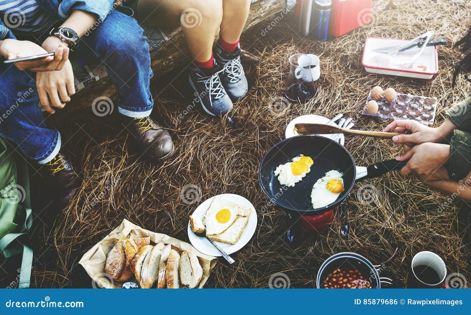 Έννοια ταξιδιού στρατοπέδευσης καφέ ψωμιού αυγών φασολιών προγευμάτων