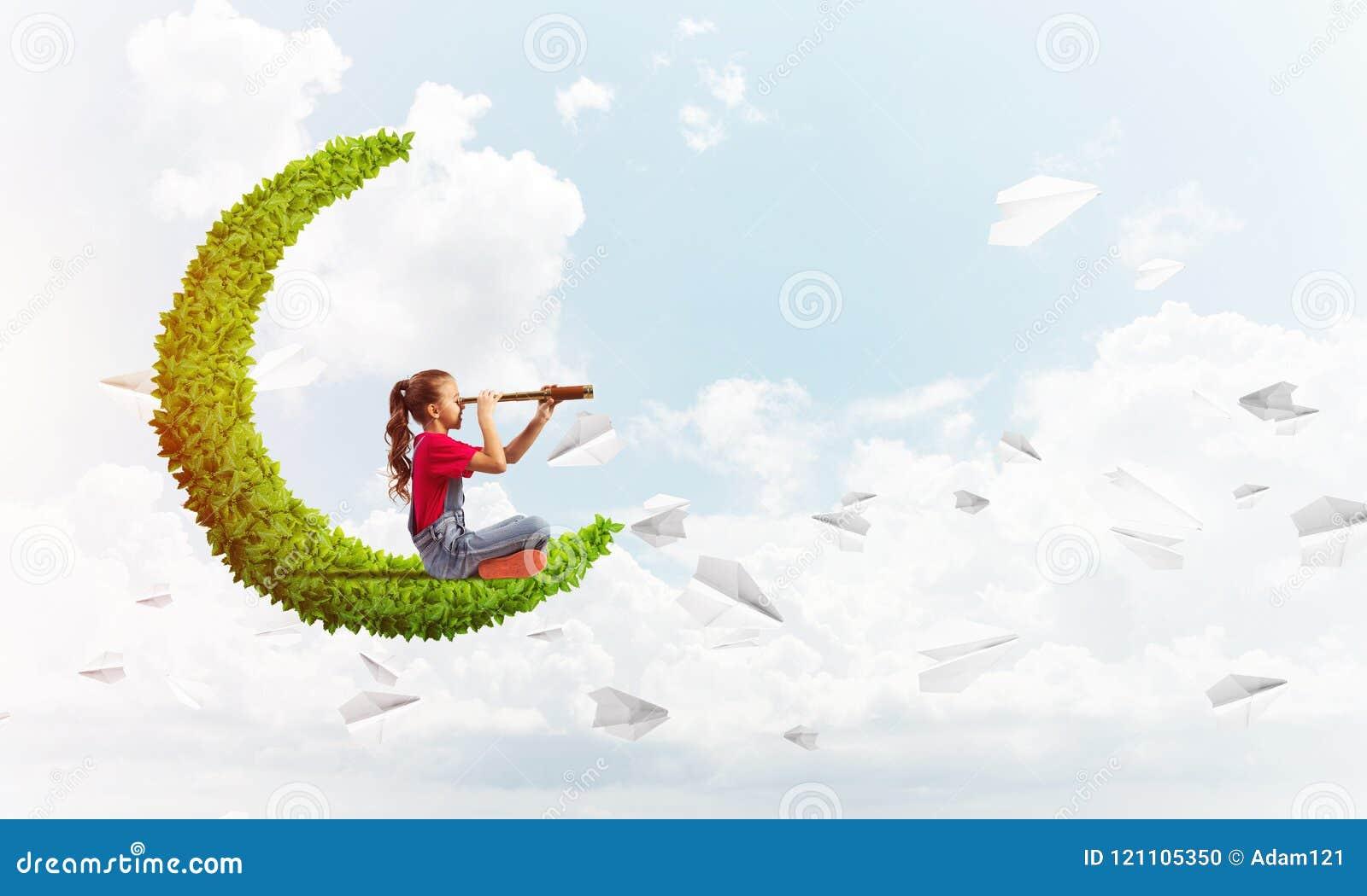 Έννοια της απρόσεκτης ευτυχούς παιδικής ηλικίας με το κορίτσι στο πράσινο φεγγάρι