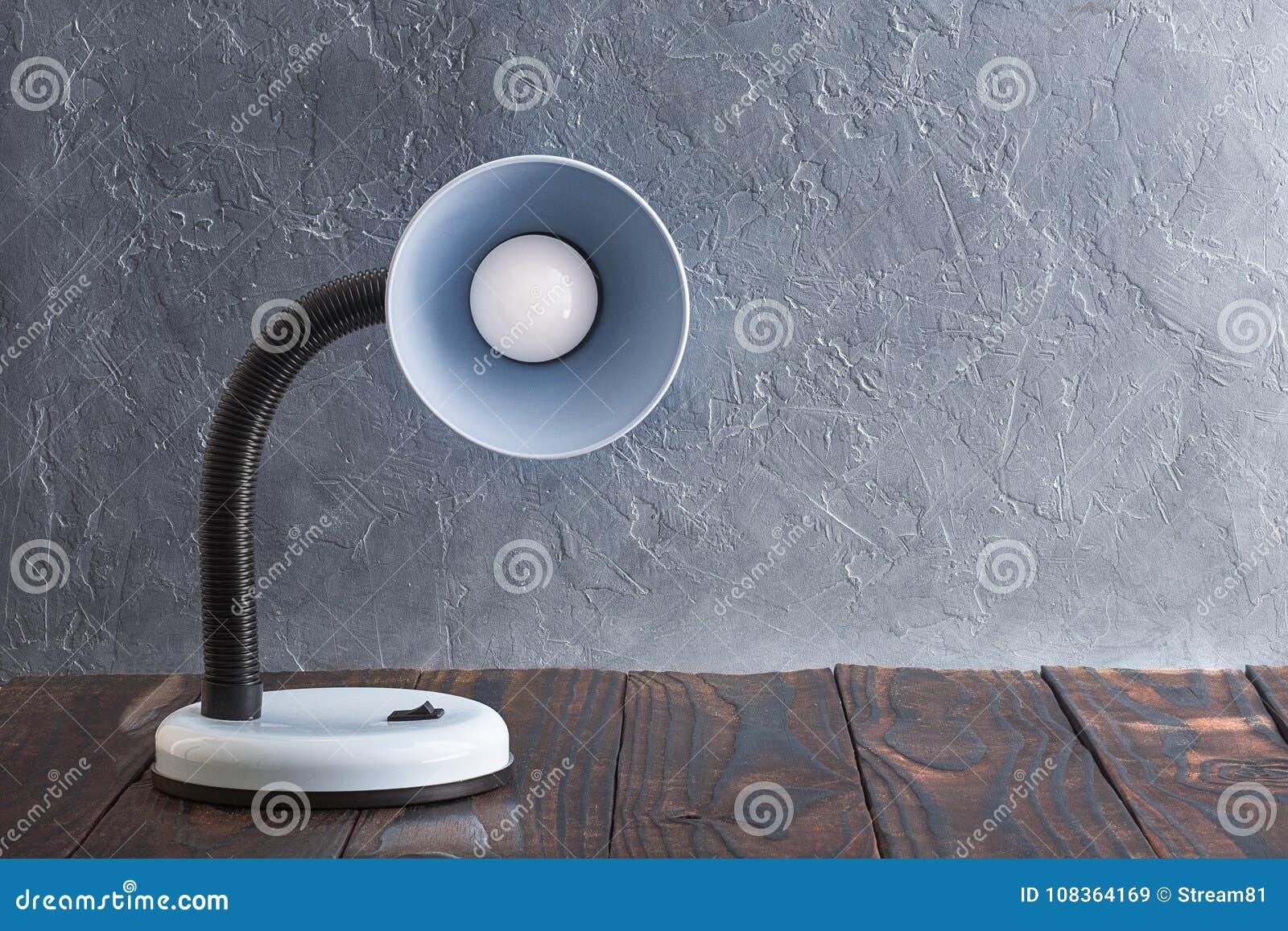 Έννοια της εγχώριας άνεσης Μπλε λαμπτήρας στον τοίχο ένα υπόβαθρο