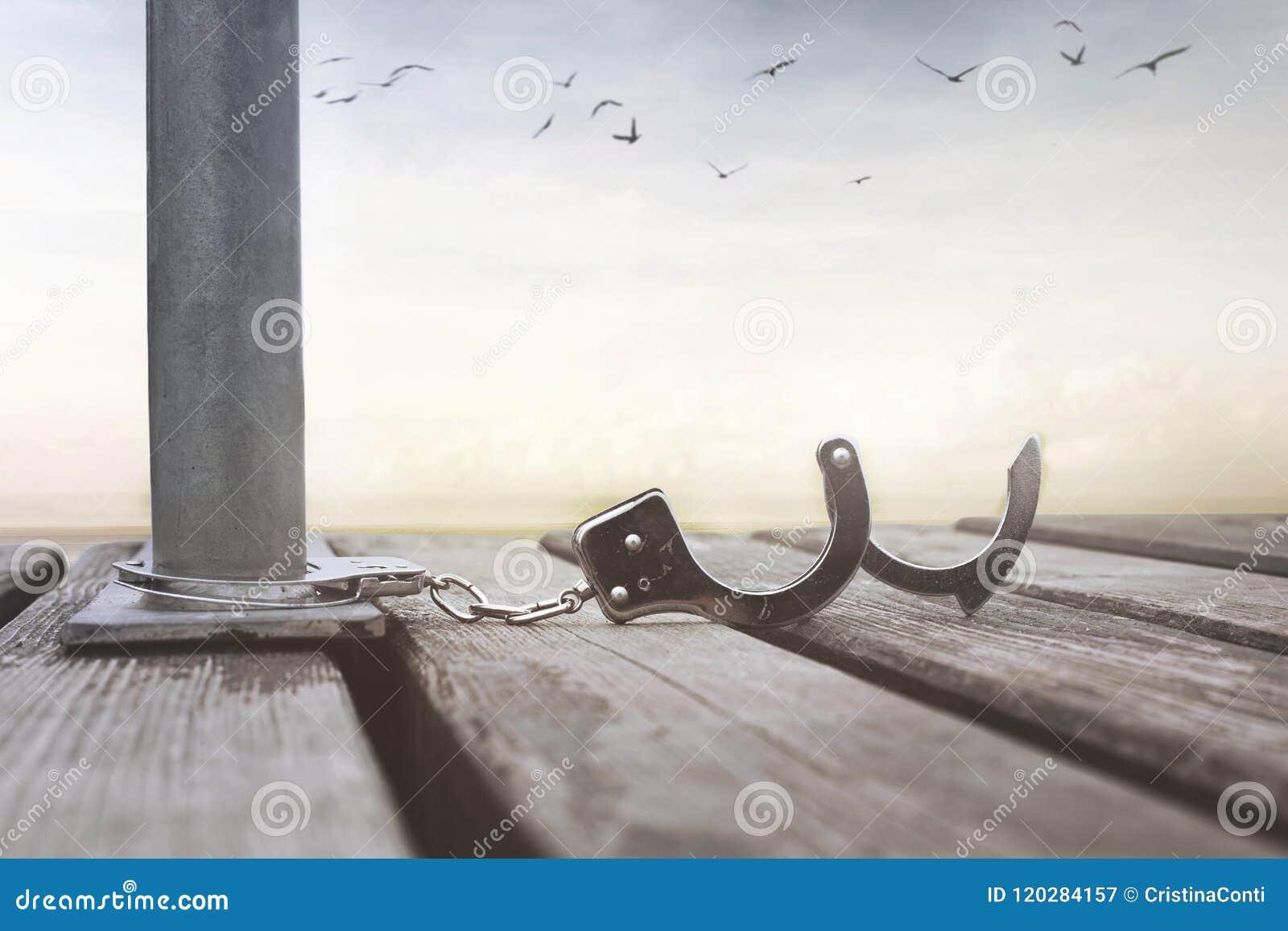 Έννοια της ελευθερίας με ένα ζευγάρι των ανοικτών χειροπεδών