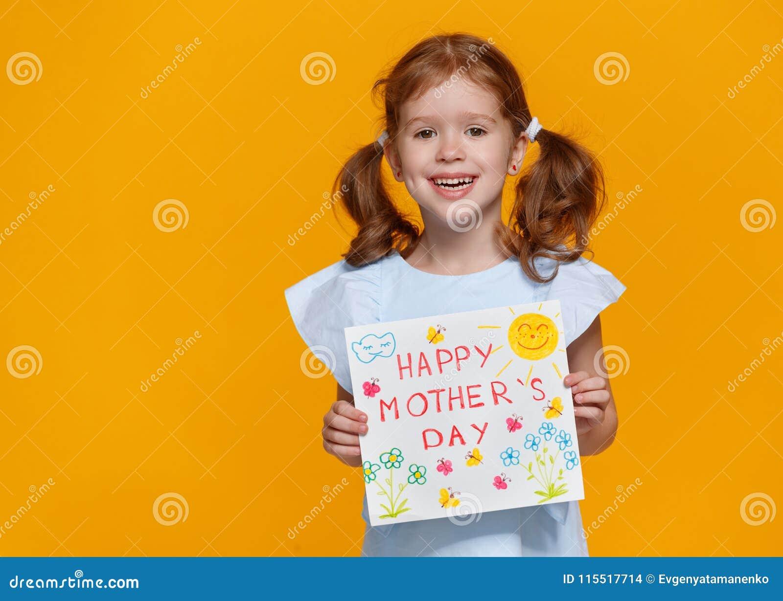 Έννοια της ημέρας μητέρων ` s εύθυμο γελώντας κορίτσι παιδιών με το postc
