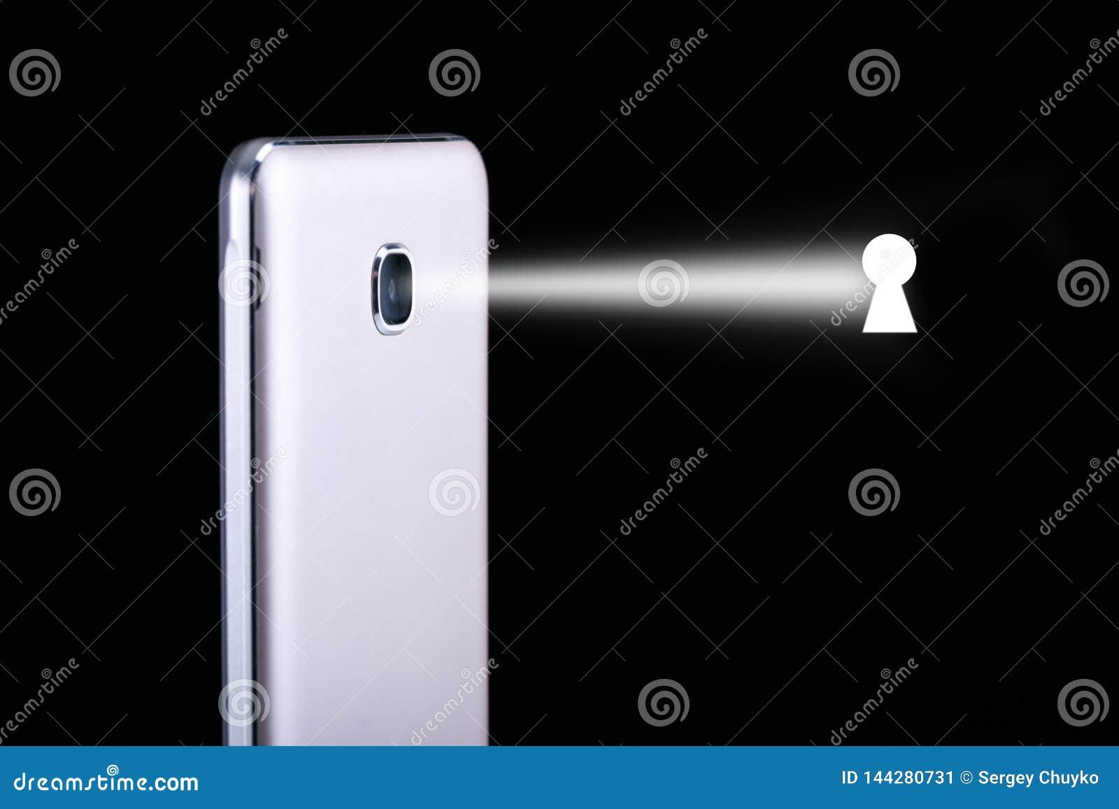 Έννοια της καταδίωξης στο smartphone Εισβολή της μυστικότητας smartphone κατασκόπευσης