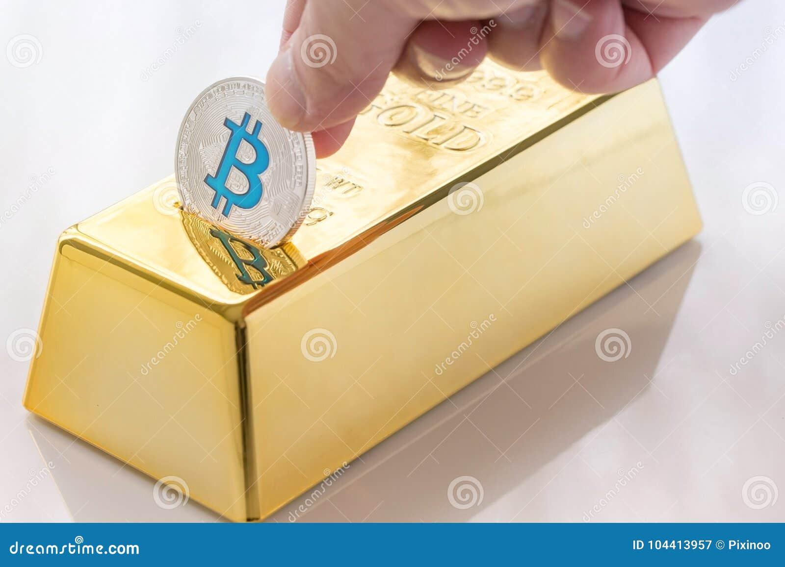 Έννοια του φυσικού bitcoin Cryptocurrency με τη piggy τράπεζα χρυσής ράβδου