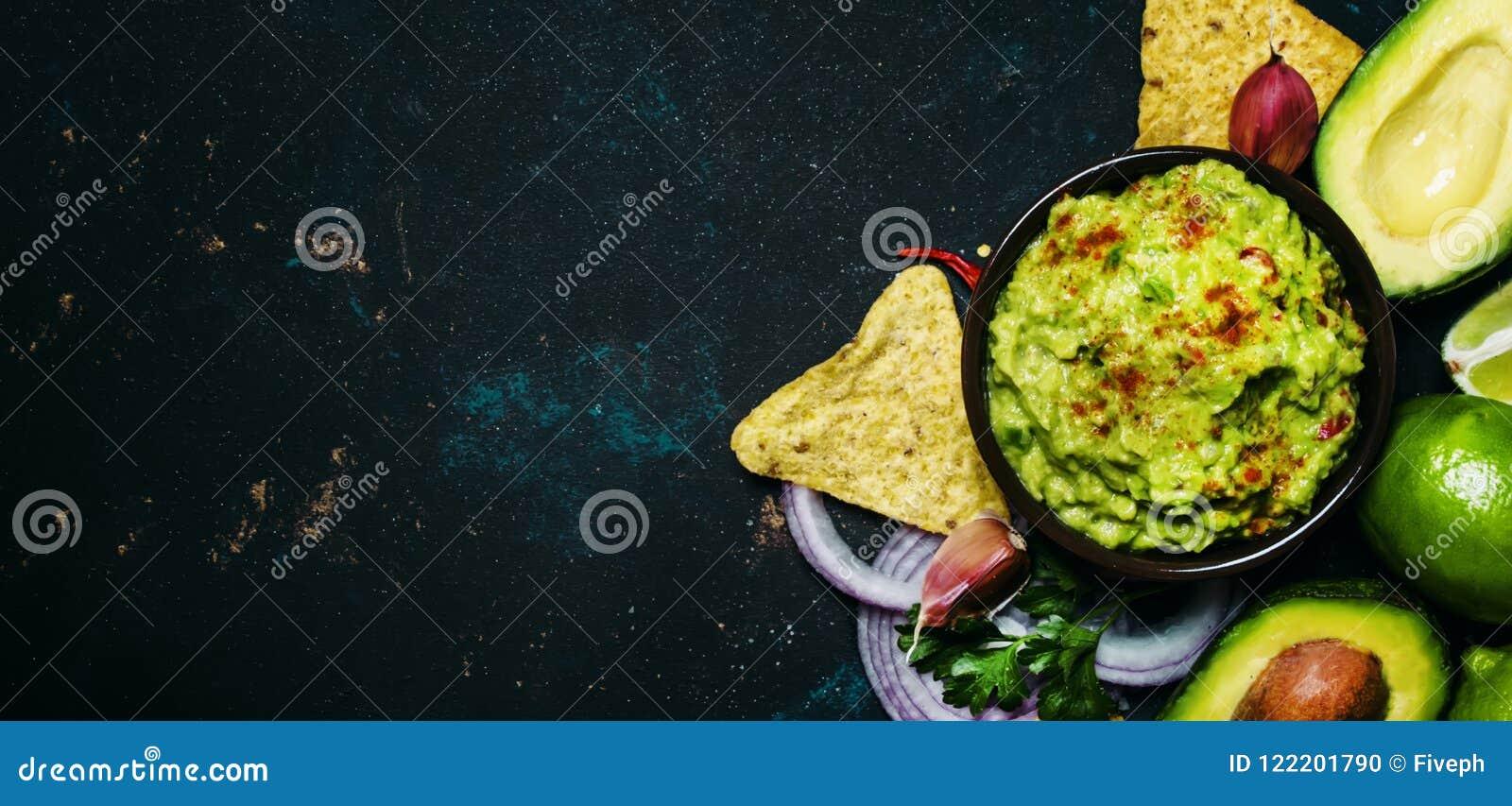 Έννοια τροφίμων tex-Mex, καλαμπόκι Nachos και σάλτσα Guacamole, πλάτη τροφίμων
