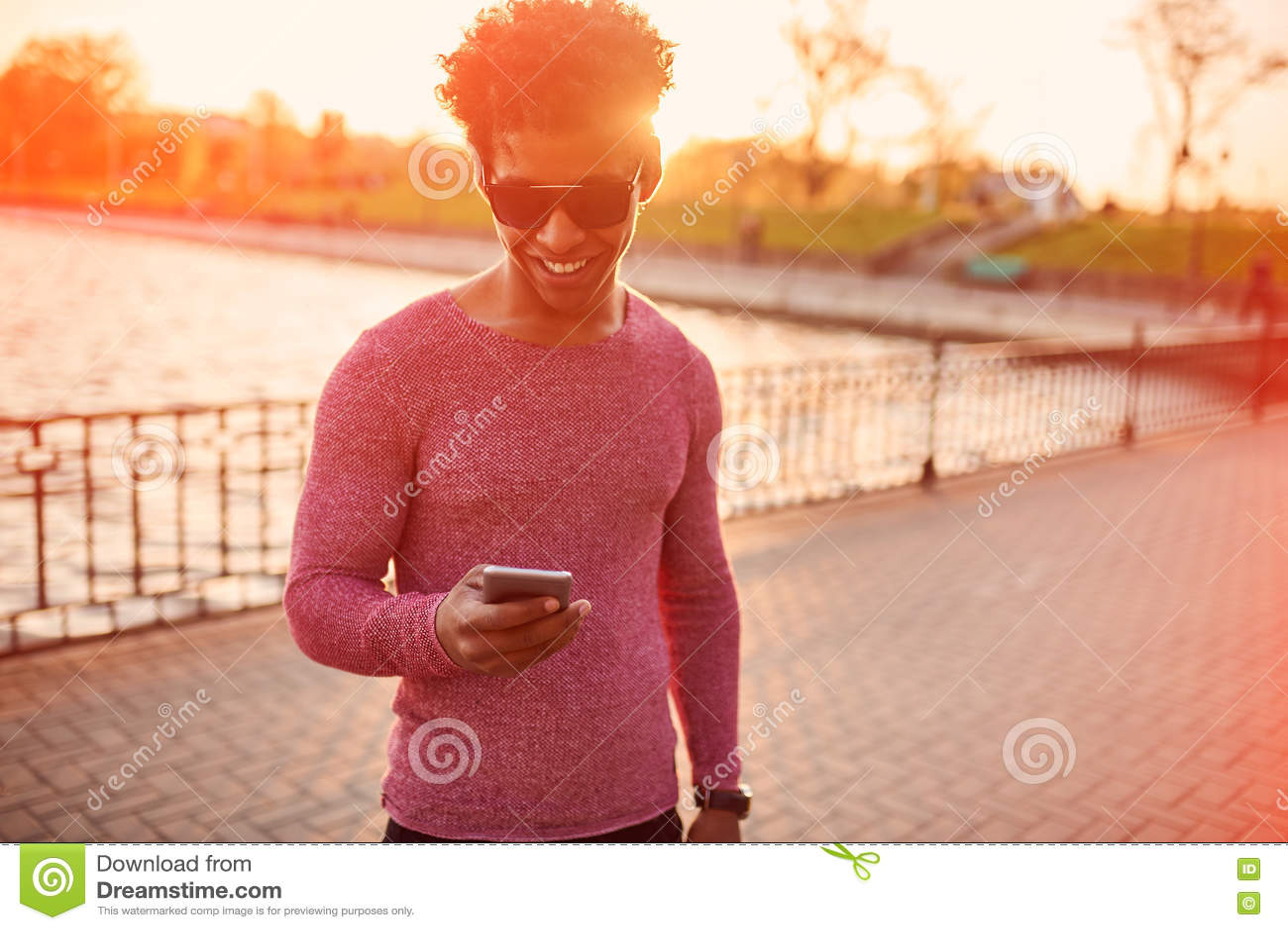 Έννοια τρόπου ζωής μόδας πορτρέτο του ευτυχούς εύθυμου ελκυστικού μαύρου στα μοντέρνα γυαλιά ηλίου που έχουν το σερφ διασκέδασης
