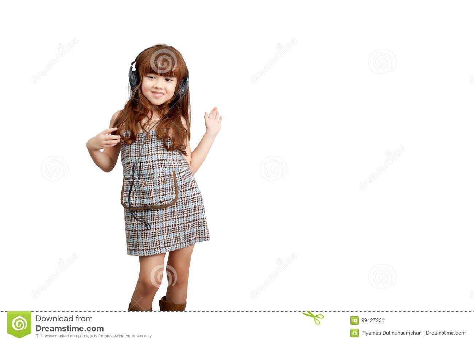 Έννοια τρόπου ζωής πάθους μουσικής: Ευτυχές χαριτωμένο κορίτσι στο ακουστικό