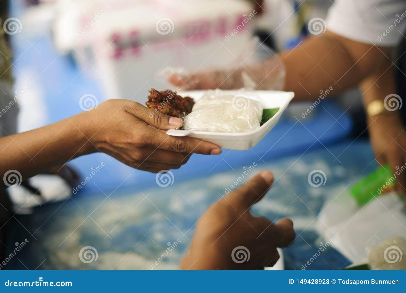 Έννοια των τροφίμων που μοιράζονται για τους φτωχούς για να ανακουφίσουν την πείνα: Κοινωνικά προβλήματα της ένδειας που ενισχύον