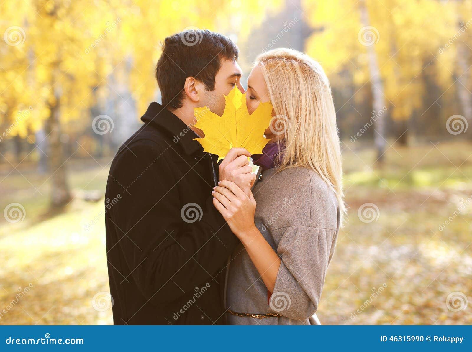 Έννοια φθινοπώρου, αγάπης, σχέσεων και ανθρώπων - όμορφο ζεύγος
