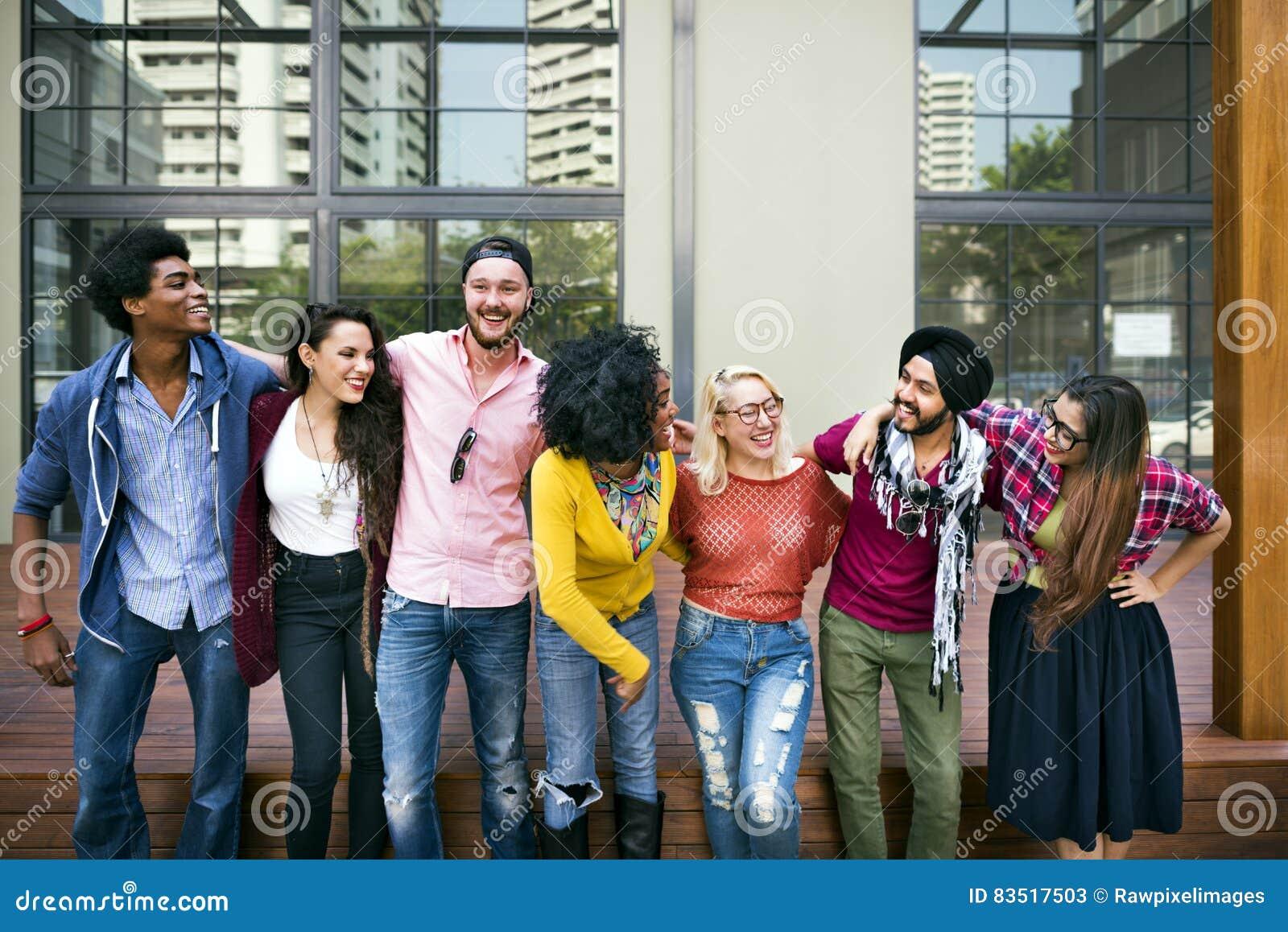 Έννοια χαμόγελου ευτυχίας ομαδικής εργασίας φοιτητών πανεπιστημίου