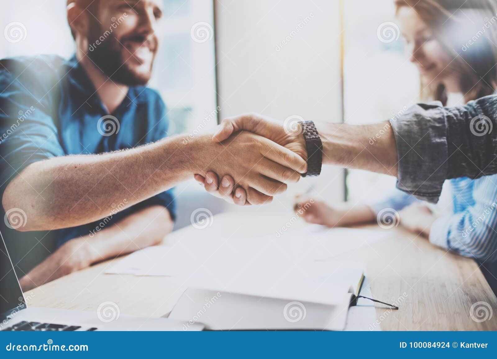 Έννοια χειραψιών επιχειρησιακής αρσενική συνεργασίας Η φωτογραφία δύο επανδρώνει τη διαδικασία χειραψίας Επιτυχής διαπραγμάτευση