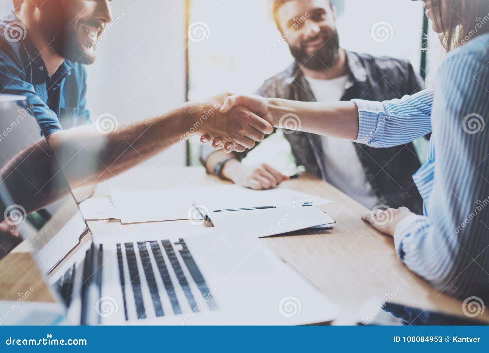 Έννοια χειραψιών επιχειρησιακής συνεργασίας Διαδικασία χειραψίας συναδέλφων φωτογραφιών Επιτυχής διαπραγμάτευση μετά από τη μεγάλ
