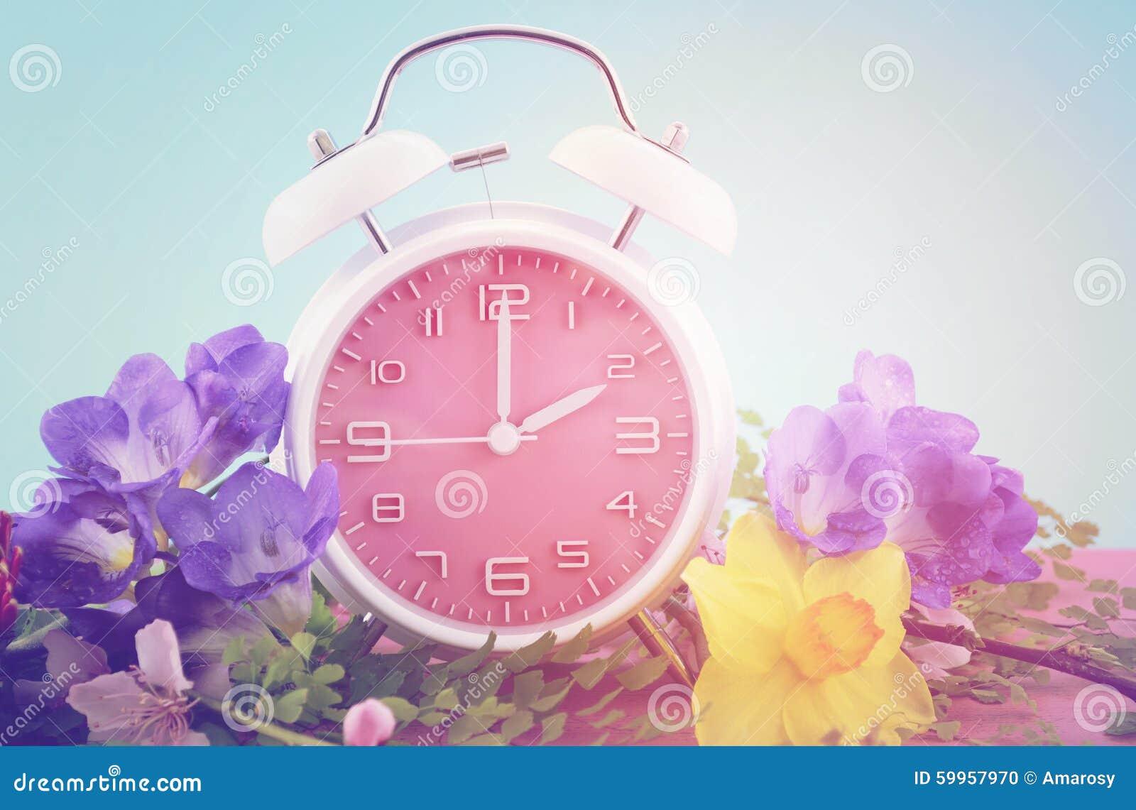 Έννοια χρονικών ρολογιών αποταμίευσης φωτός της ημέρας άνοιξης