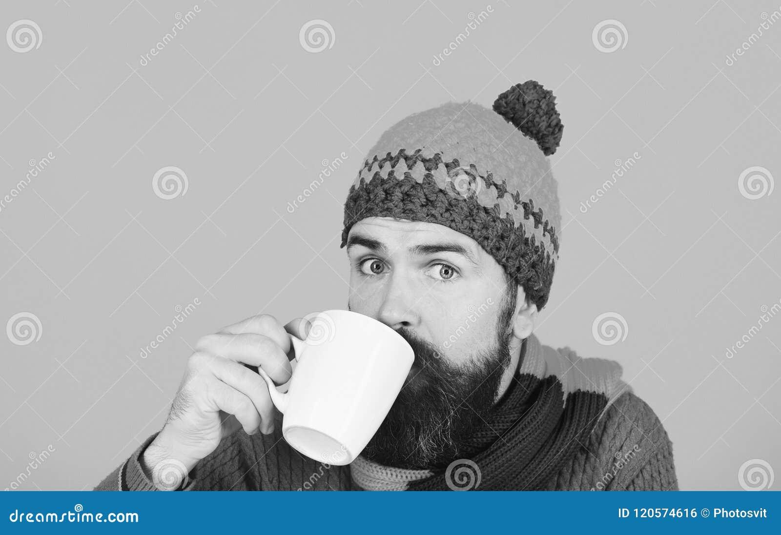 Έννοια barista καφέ και σπιτιών φθινοπώρου Caffeinated ή decaf ιδέα ποτών Άτομο στο θερμό καπέλο
