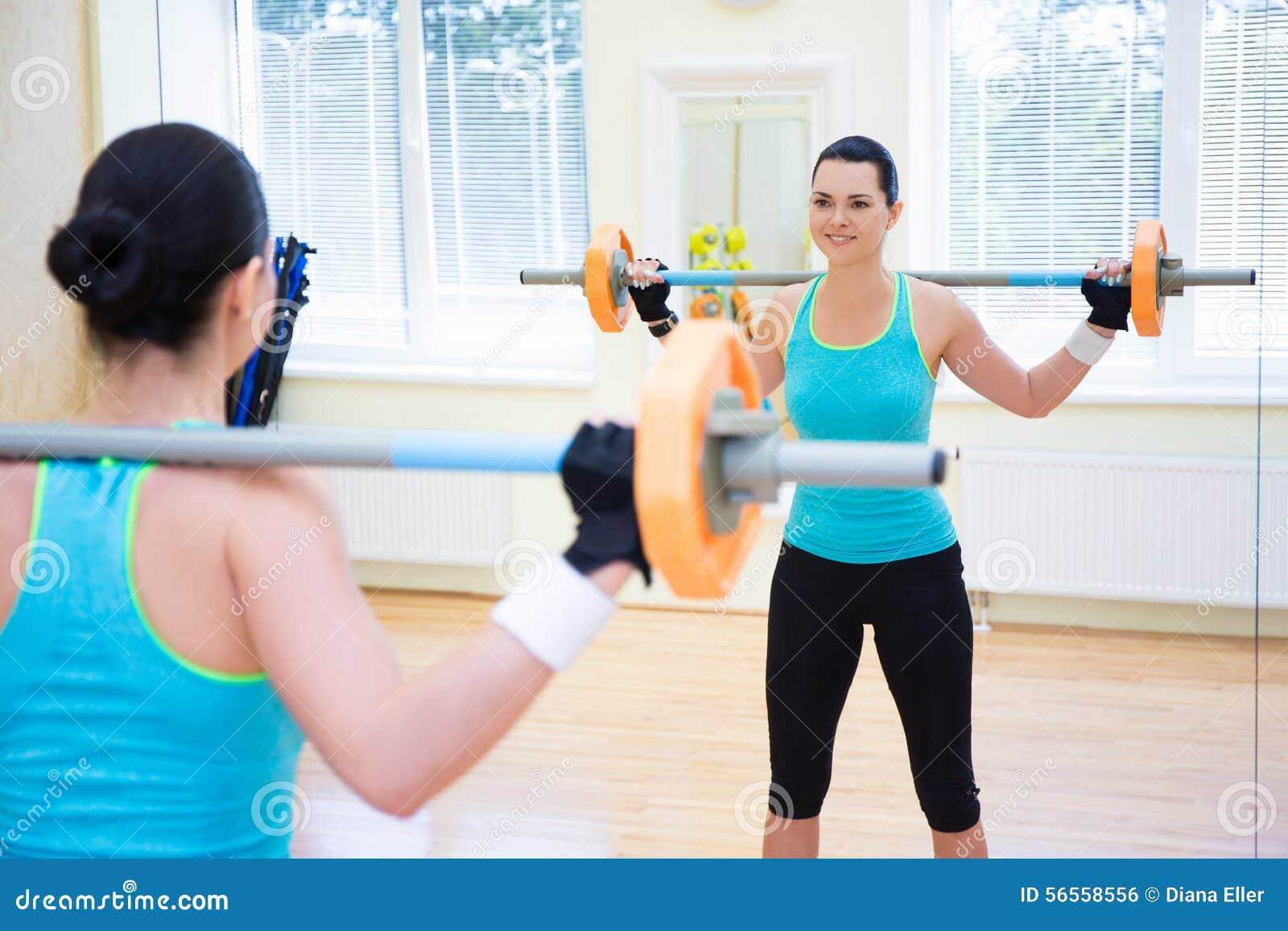 Download Έννοια Bodybuilding - νέα γυναίκα που ασκεί με το Barbell Στοκ Εικόνες - εικόνα από πρόσωπο, καθρέφτης: 56558556