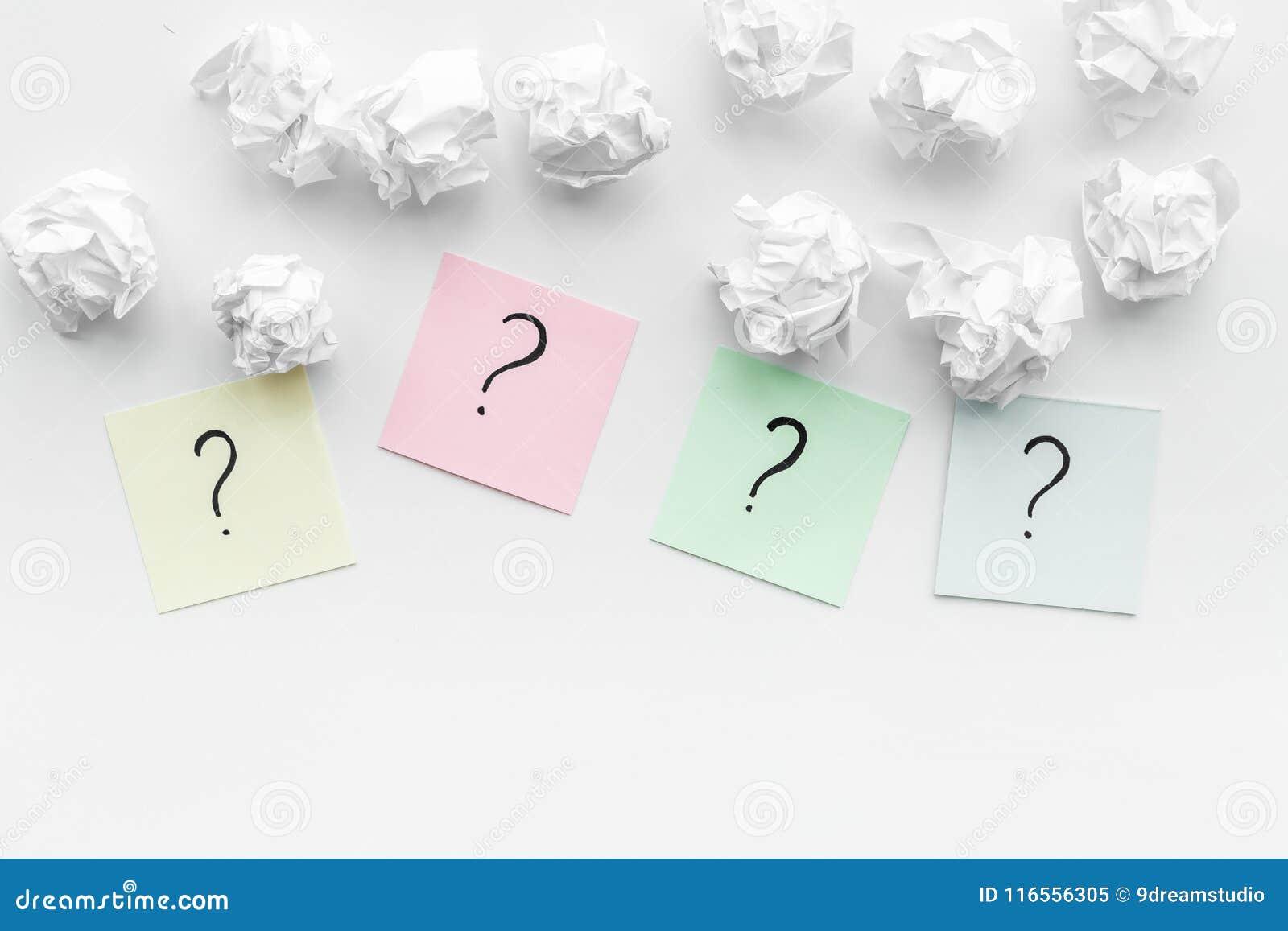 Έννοια FAQ Το ερωτηματικό στις κολλώδεις σημειώσεις τσαλάκωσε πλησίον το έγγραφο για το άσπρο διάστημα αντιγράφων άποψης υποβάθρο