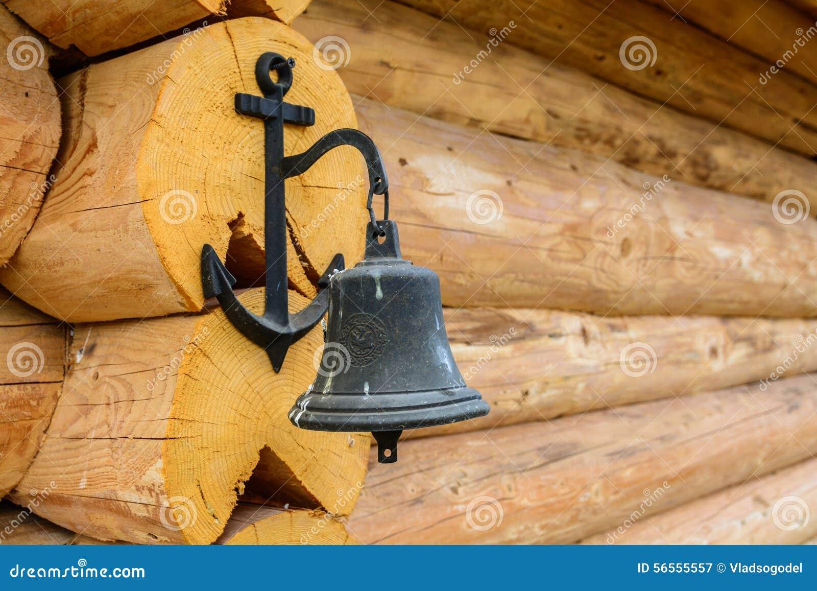 Download Ένωση κουδουνιών σιδήρου στον ξύλινο τοίχο εξοχικών σπιτιών Στοκ Εικόνα - εικόνα από ατρόπων, grunge: 56555557