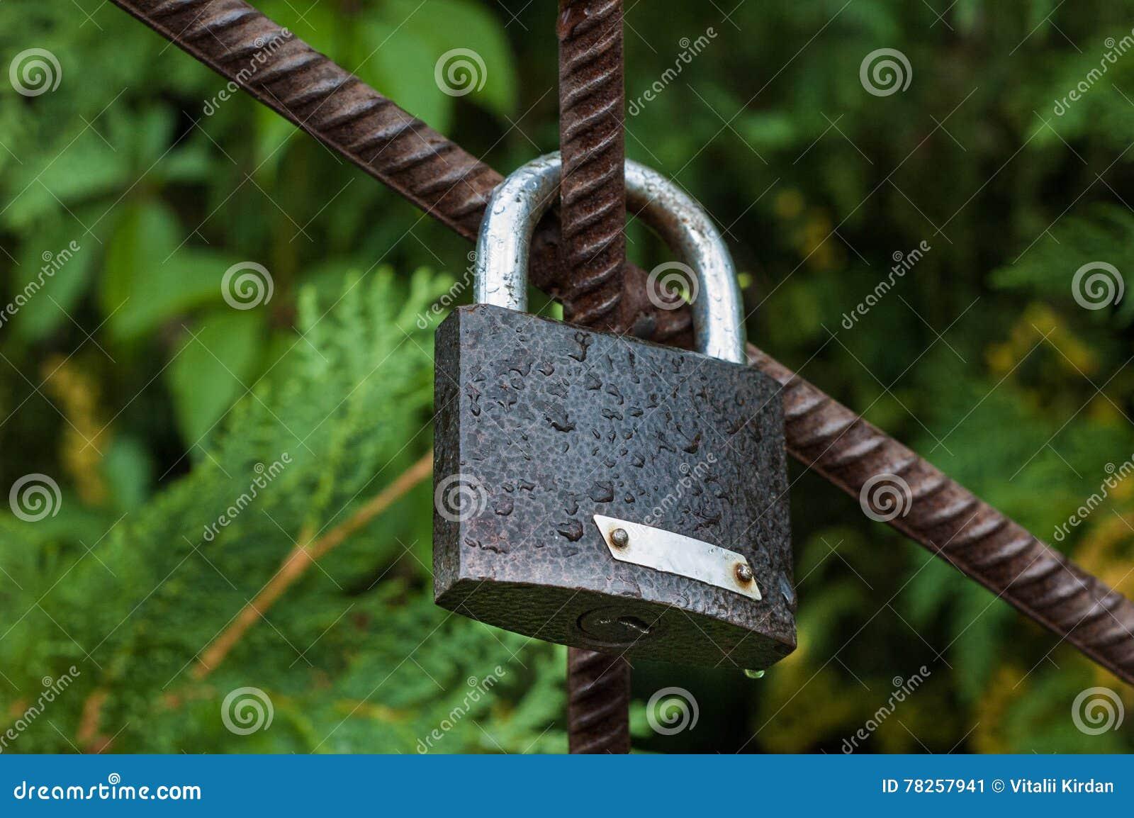 Ένωση κλειδαριών στην πύλη