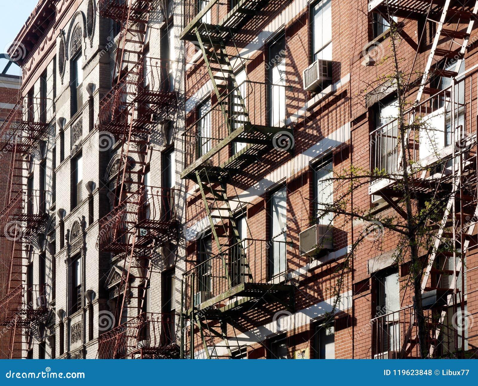 Έξοδοι κινδύνου οικοδόμησης στην πόλη ΗΠΑ της Νέας Υόρκης
