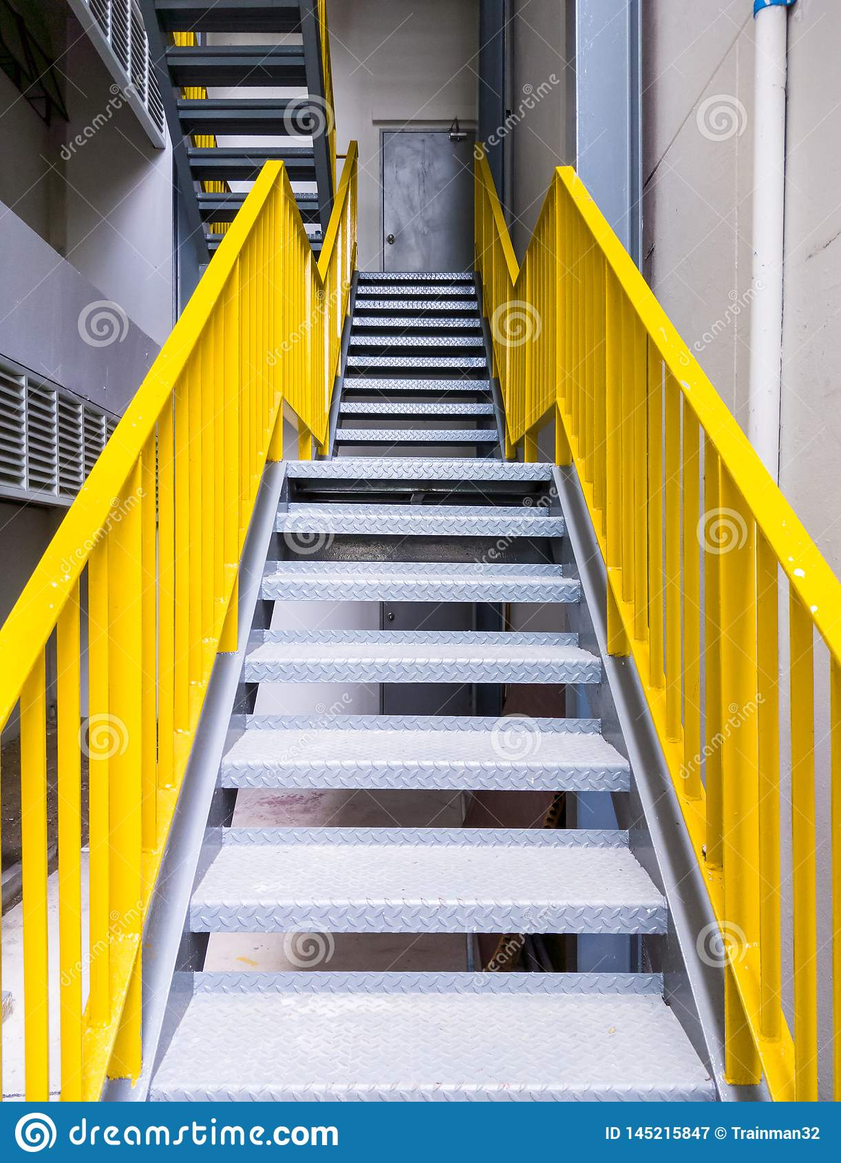 Έξοδος κινδύνου μετάλλων με την κίτρινη σκάλα