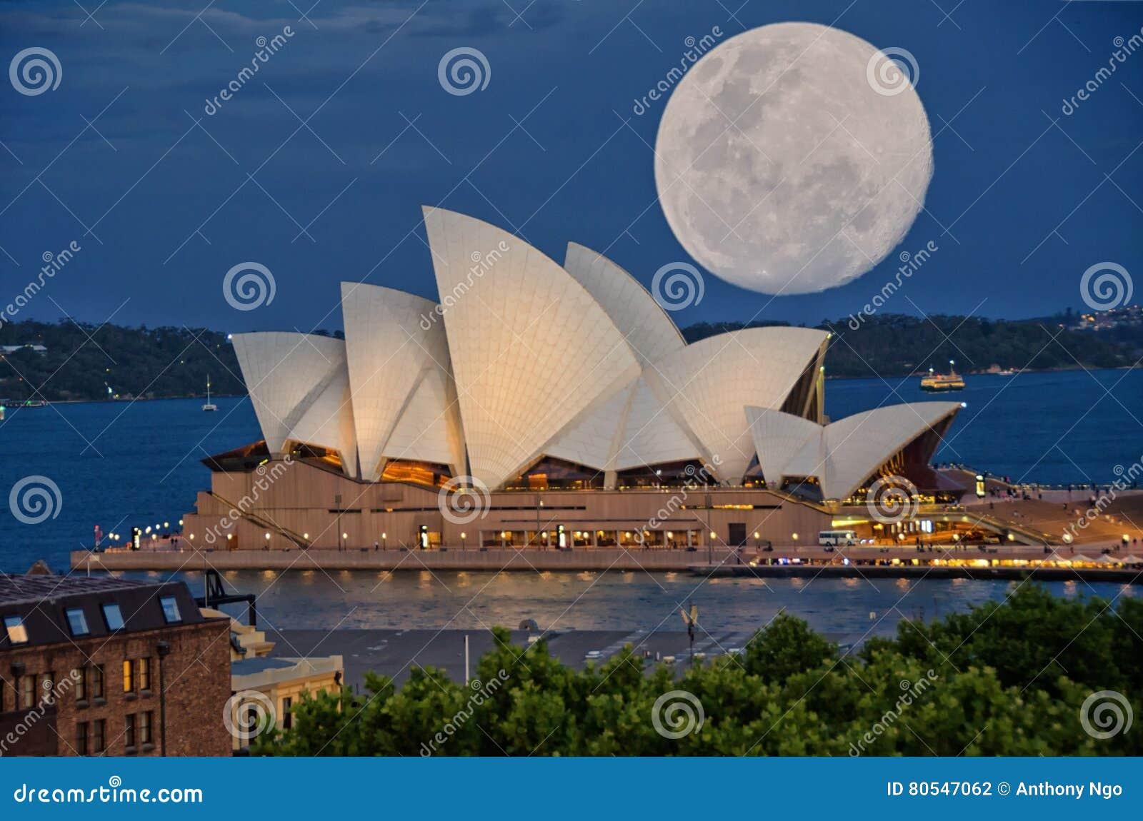 Έξοχο φεγγάρι πέρα από τη Όπερα του Σίδνεϊ