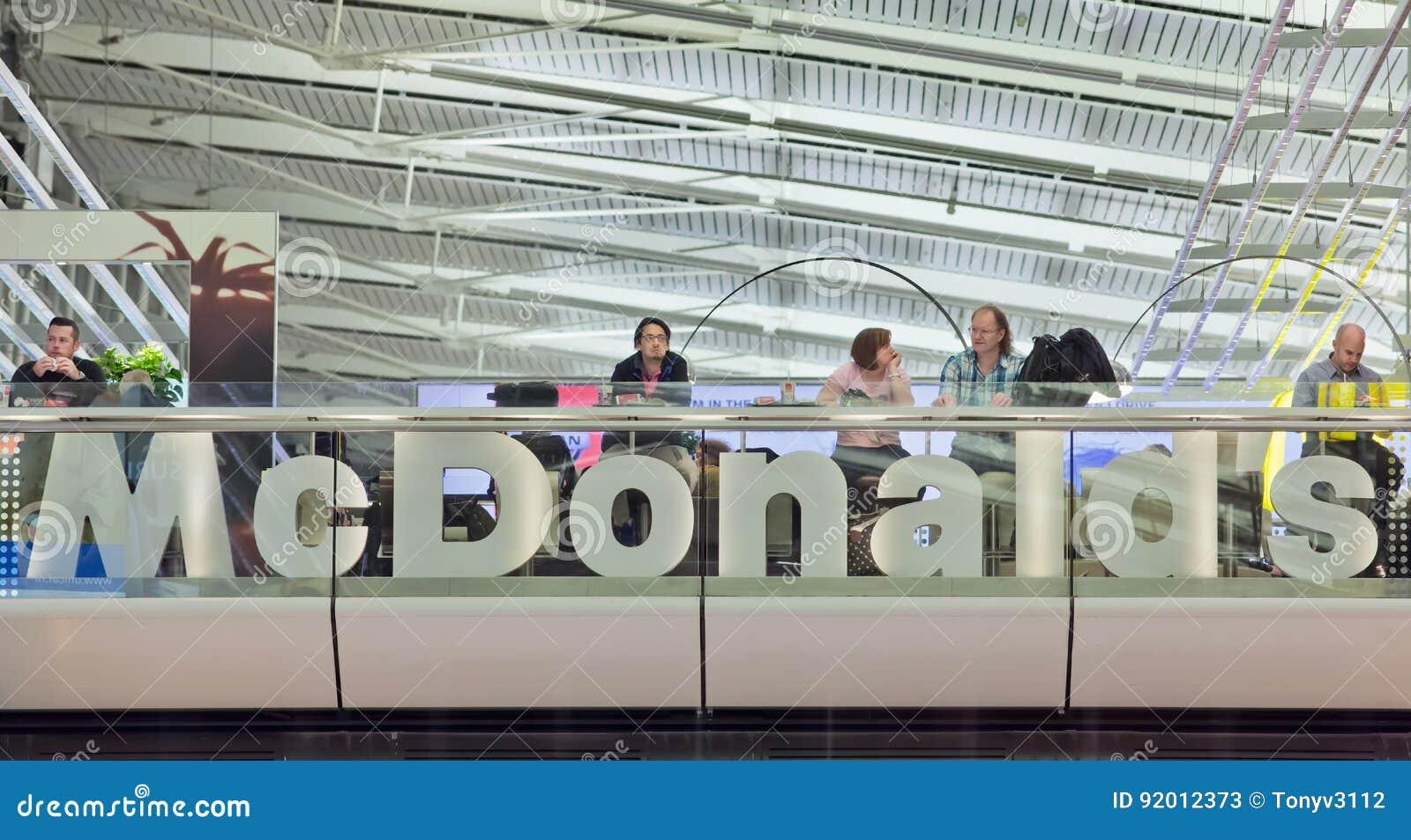 Έξοδος MacDonald στον αερολιμένα Schiphol, Κάτω Χώρες