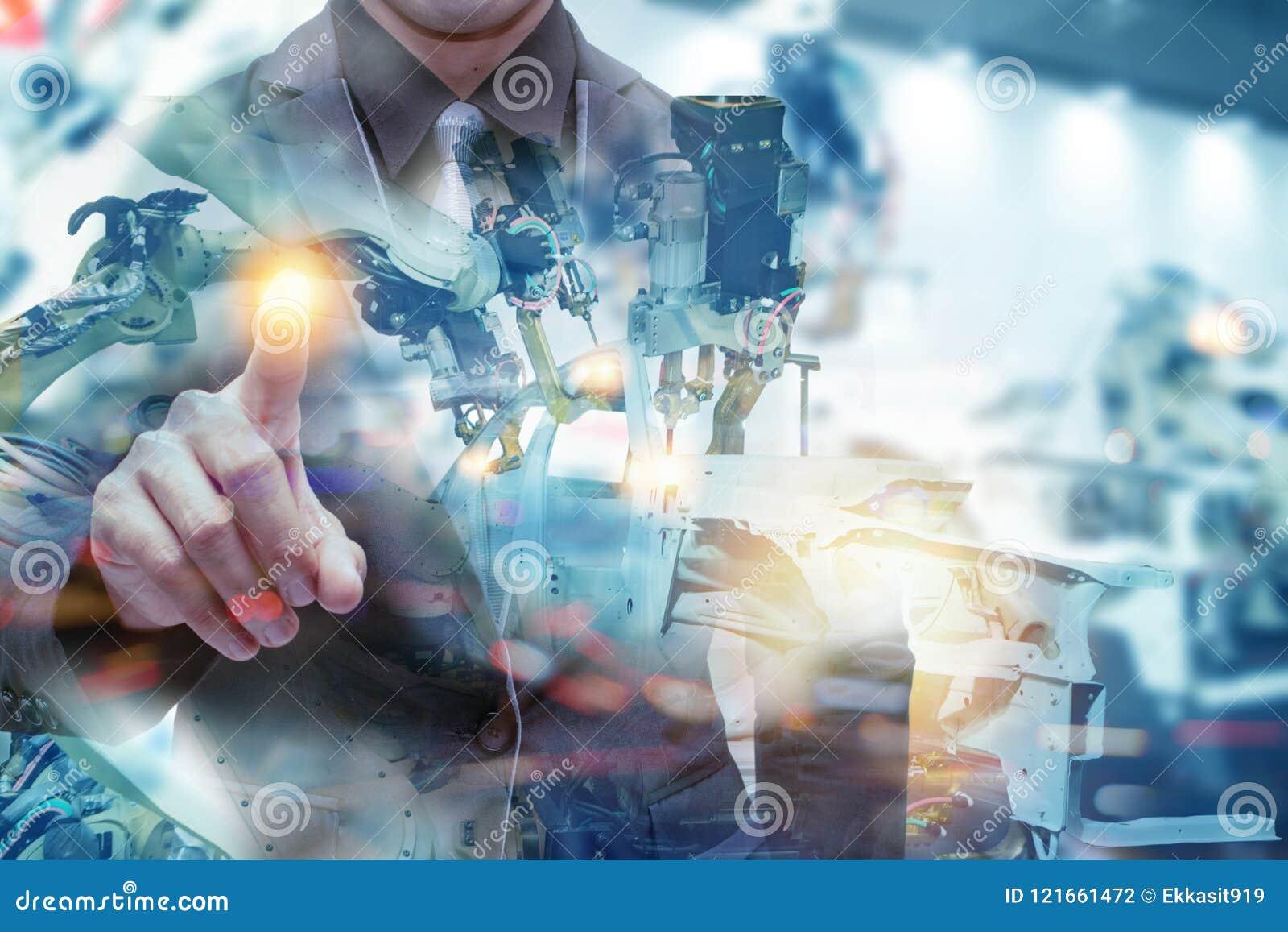 Έξυπνο εργοστάσιο Iot, βιομηχανία 4 έννοια 0 τεχνολογίας, χέρι σημείου μηχανικών με το ρομπότ στο υπόβαθρο εργοστασίων αυτοματοπο